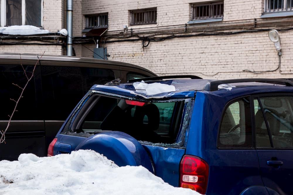 落雪で屋根がへこんだ車